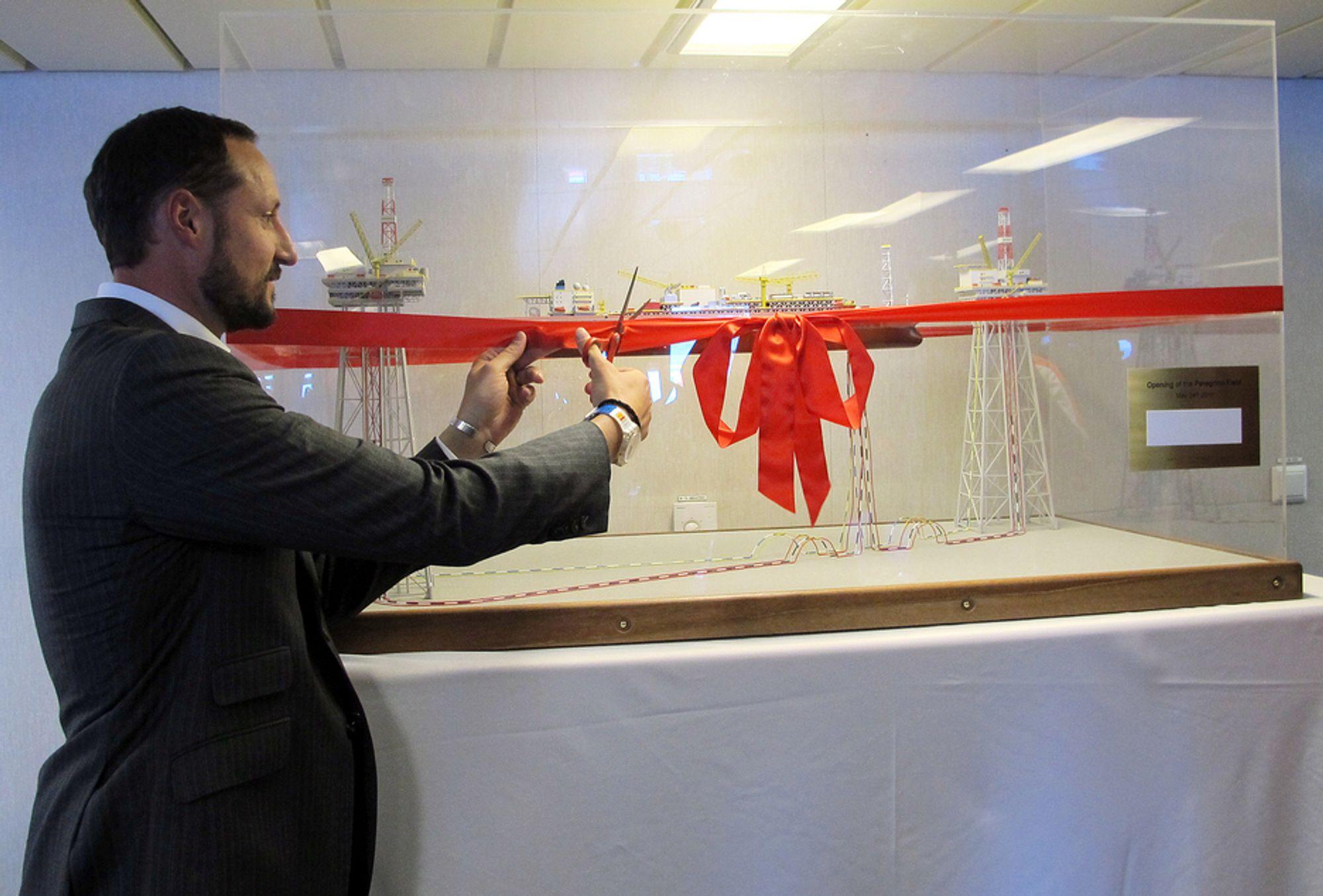 ÅPNET: Kronprins Haakon fikk æren av å stå for den offsielle åpningen, selvfølgelig med snorklipping, av Peregrino-feltet.
