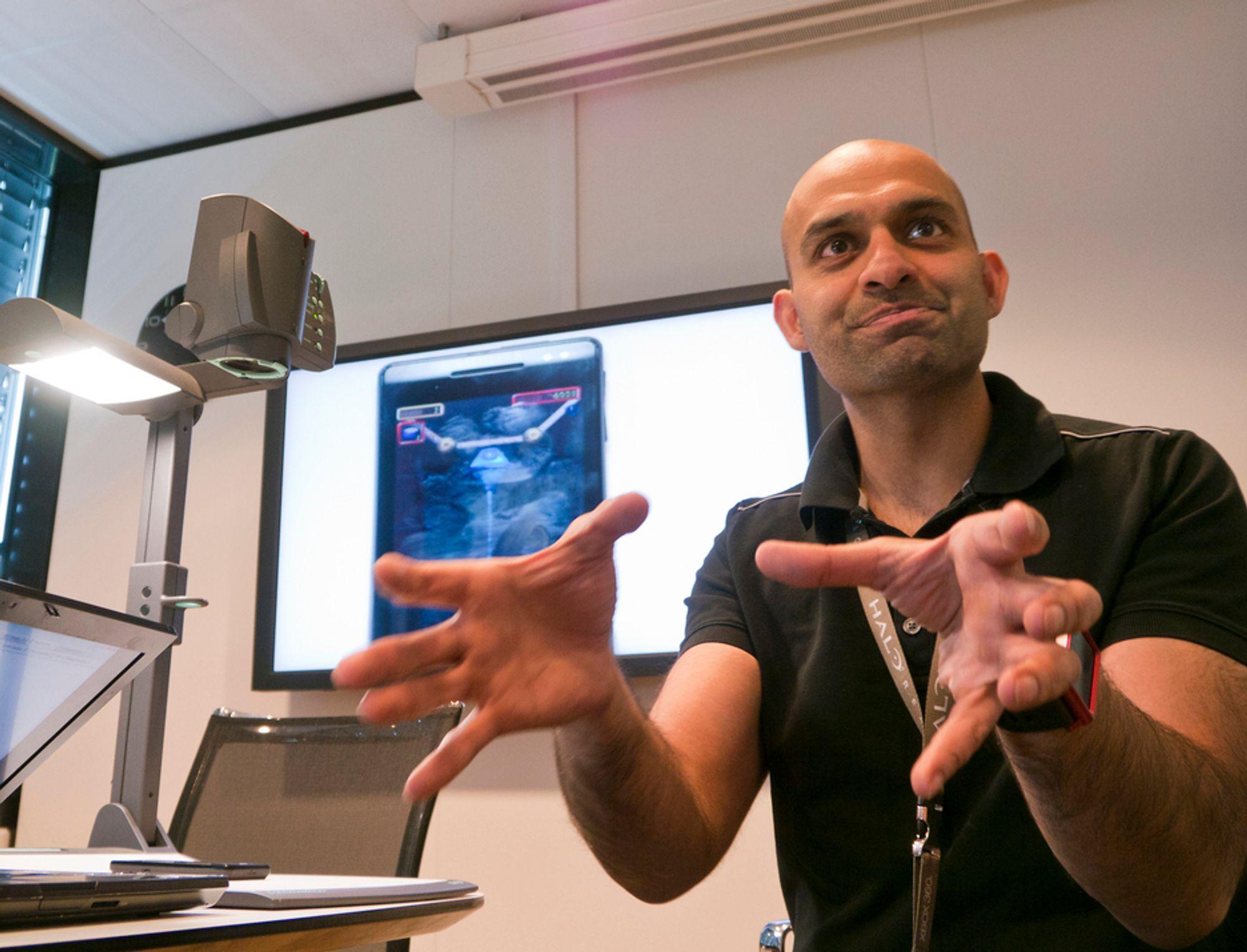 DET SPILLER: Løsningsspesialist i Microsoft Norge, Arif Shafique gleder seg over de nye spillmulighetene og X-Box-integrasjonen som nå kommer til Norge.