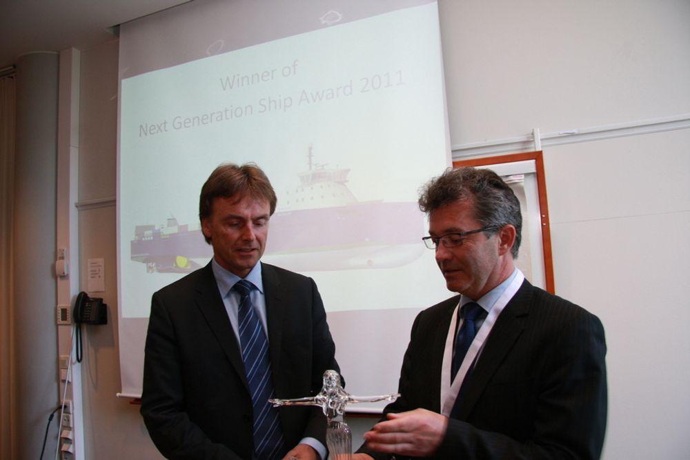 PRISVERDIG: Inge G. Bøen, direktør i Rolls-Royce Ship Technology and Systems og deisgn-sjef Per Egil Vedlog, Ship Technology i rolls-Royce med Nor-Shipping-prisen Next Generation Ship Award.