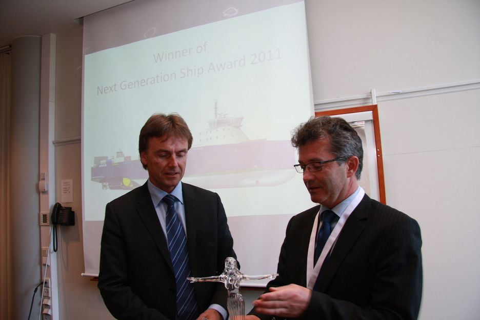 PRISVERDIG: Inge G. Bøen, direktør i Rolls-Royce Ship Technology and Systems og deisgn-sjef Per Egil Vedlog, Ship Technology i rolls-Royce med Nor-Shipping-prisen Next Generation Ship Award.