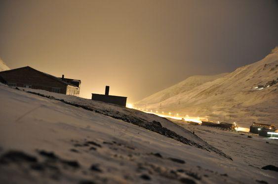 GRÅTT: Dette bildet er tatt fra Sverdrupbyen mot Longyearbyen i desember i år, og man ser tydelig hvordan den grå skyen fra Energiverket ligger over Longyeardalen.