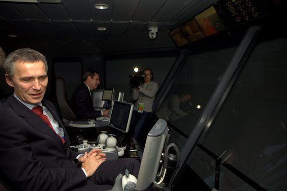 Styrer skuta: Jens Stoltenberg sier ikke nei til å prøve det mest avanserte utstyret innen simulatorteknologi.