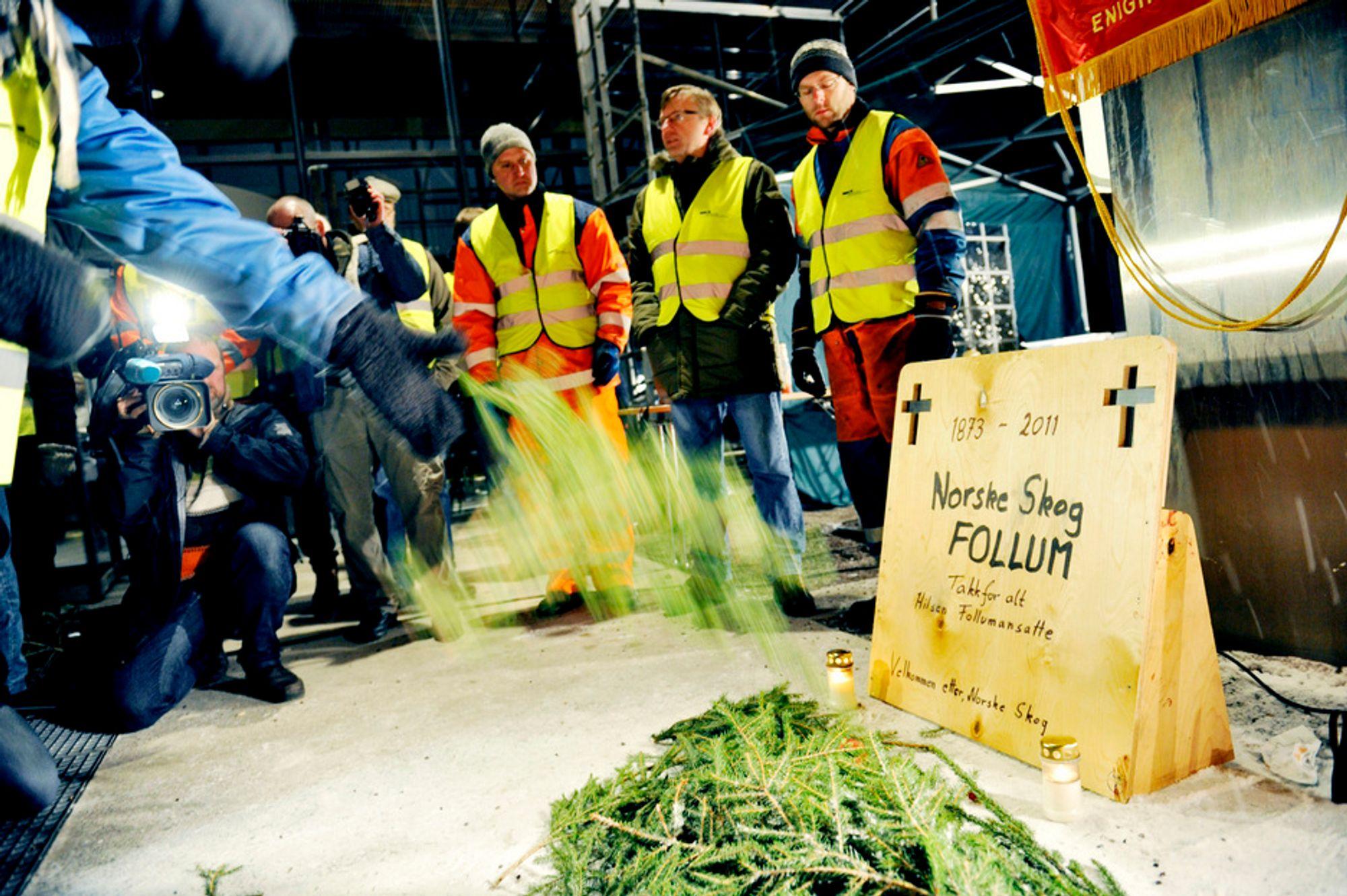 SLUTT: Her begraver de demonstrerende Follum-ansatte 140 år med historie etter at bedriftsforsamlingen i Norske Skog gjorde endelig vedtak om å legge ned papirfabrikken på Follum utenfor Hønefoss.