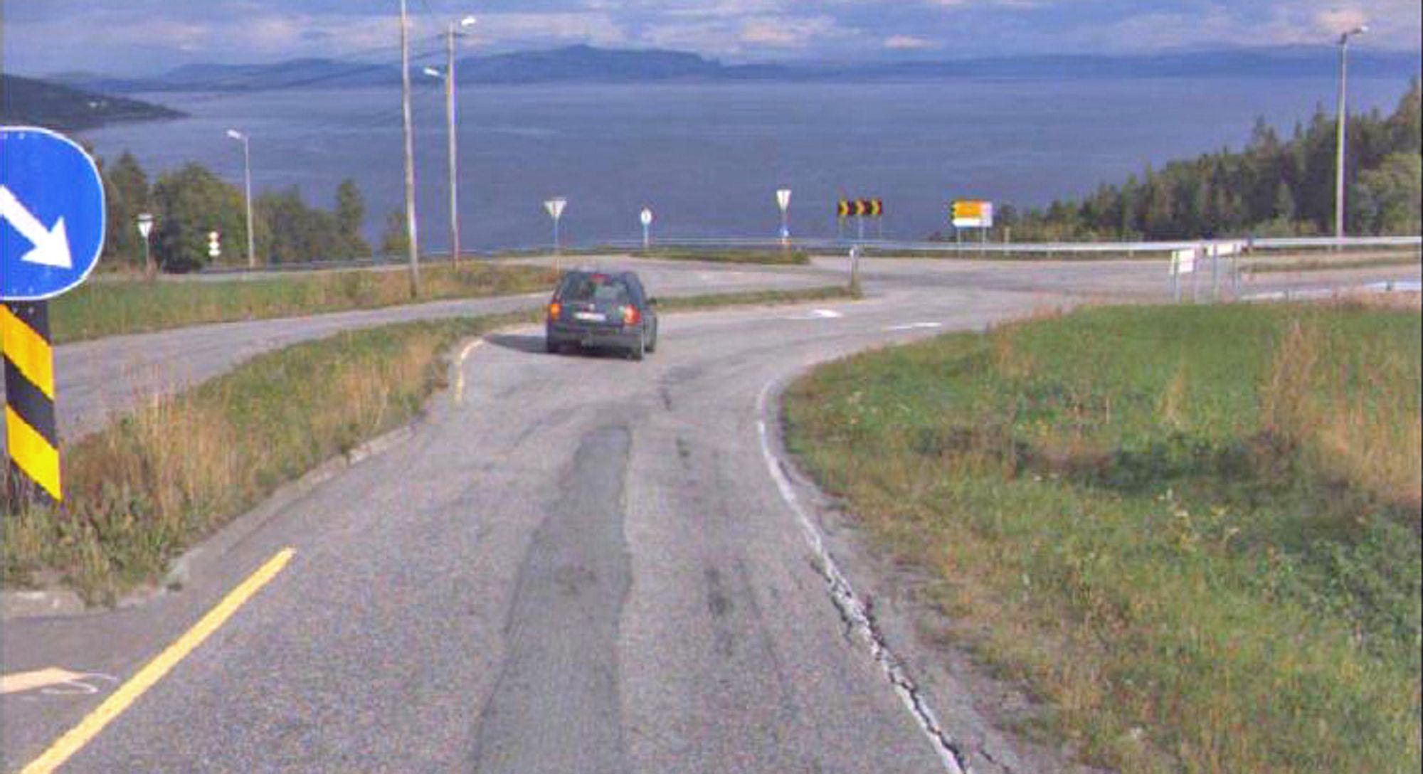 Bildet viser søndre endepunkt for strekningen som skal utbedres. Krysset i bakgrunnen skal bygges om. Fra krysset går fylkesveg 715 til høyre og 755 til venstre.