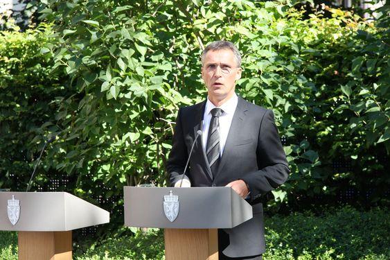 USMINKET:  Vi skal ha fakta på bordet, usminket og ærlig, sa statsminister Jens Stoltenberg da han presenterte 22. juli-kommisjonen i hagen foran statsministerboligen i dag.