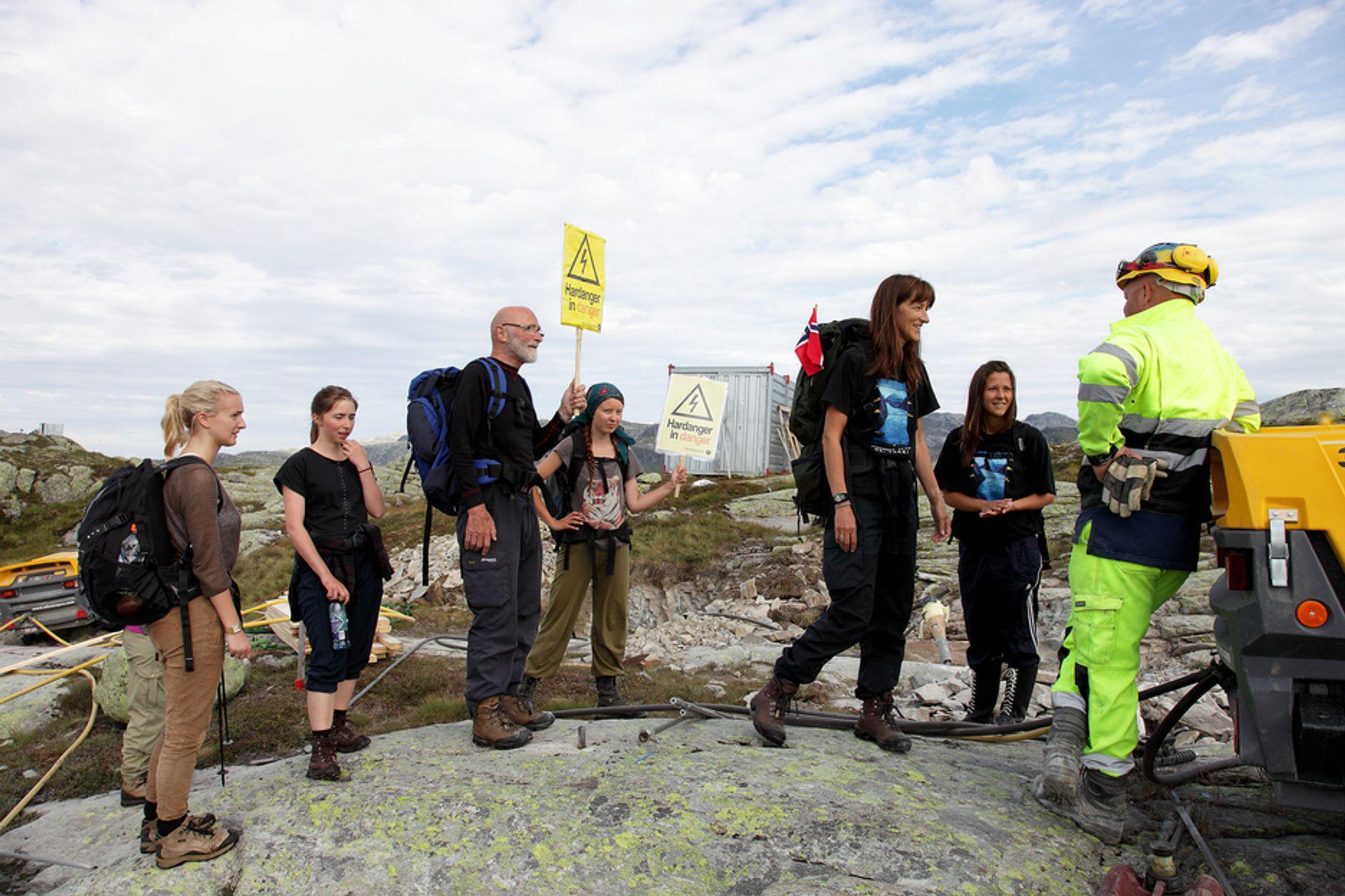 GEMYTTLIG TONE: Det ble ikke akkurat håndgemeng da Hardanger-aksjonisteen møtte linjebyggerne på fjellet over Ålvik forrige torsdag. Men arbeidet måtte innstilles.
