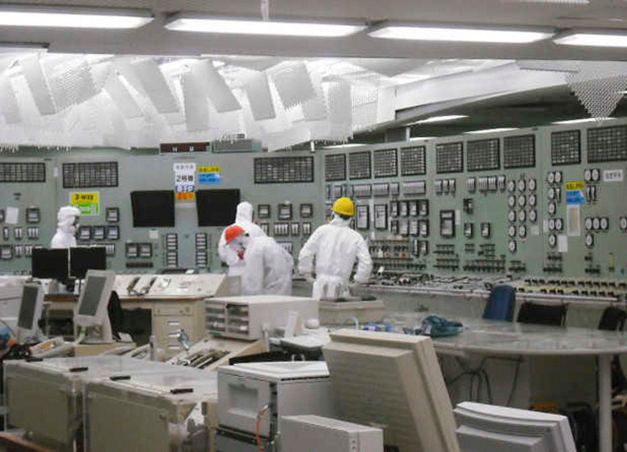 ILLE: Vannet i reaktor nummer 2 ved atomkraftverket Fukushima-Daiichi inneholdt søndag langt mer radioaktivitet enn tillatte grenseverdier. Her følger ingeniører med på situasjonen fra kontrollrommet. Igjen har arbeidere blitt evakuert og arbeidet med å stabilisere reaktoren stanset opp. Det kan komme til å gå måneder før kraftverket er trygt.