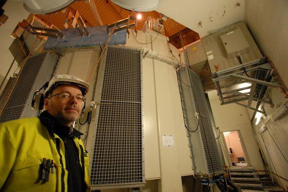 Kraftverksjef Karl Svein Thorrud ved Svartisen kraftverk viser fram statoren til det nye aggregatet.