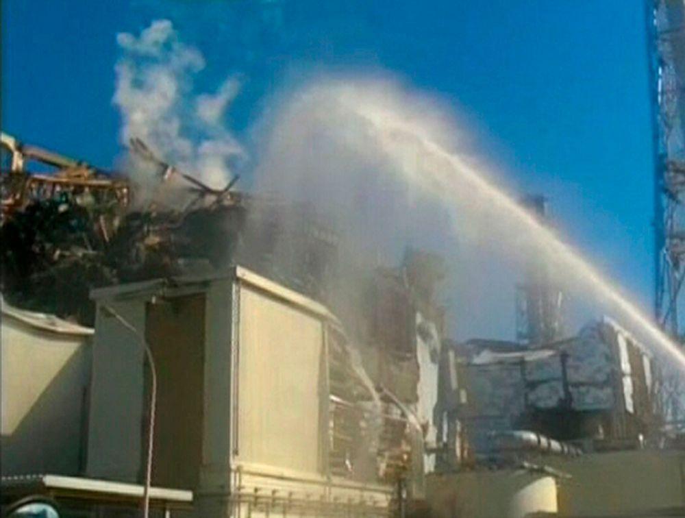Innsatsen pågår fortsatt for å kjøle ned atombrenselet i det ulykkesrammede atomkraftverket Fukushima Daiichi i Japan.