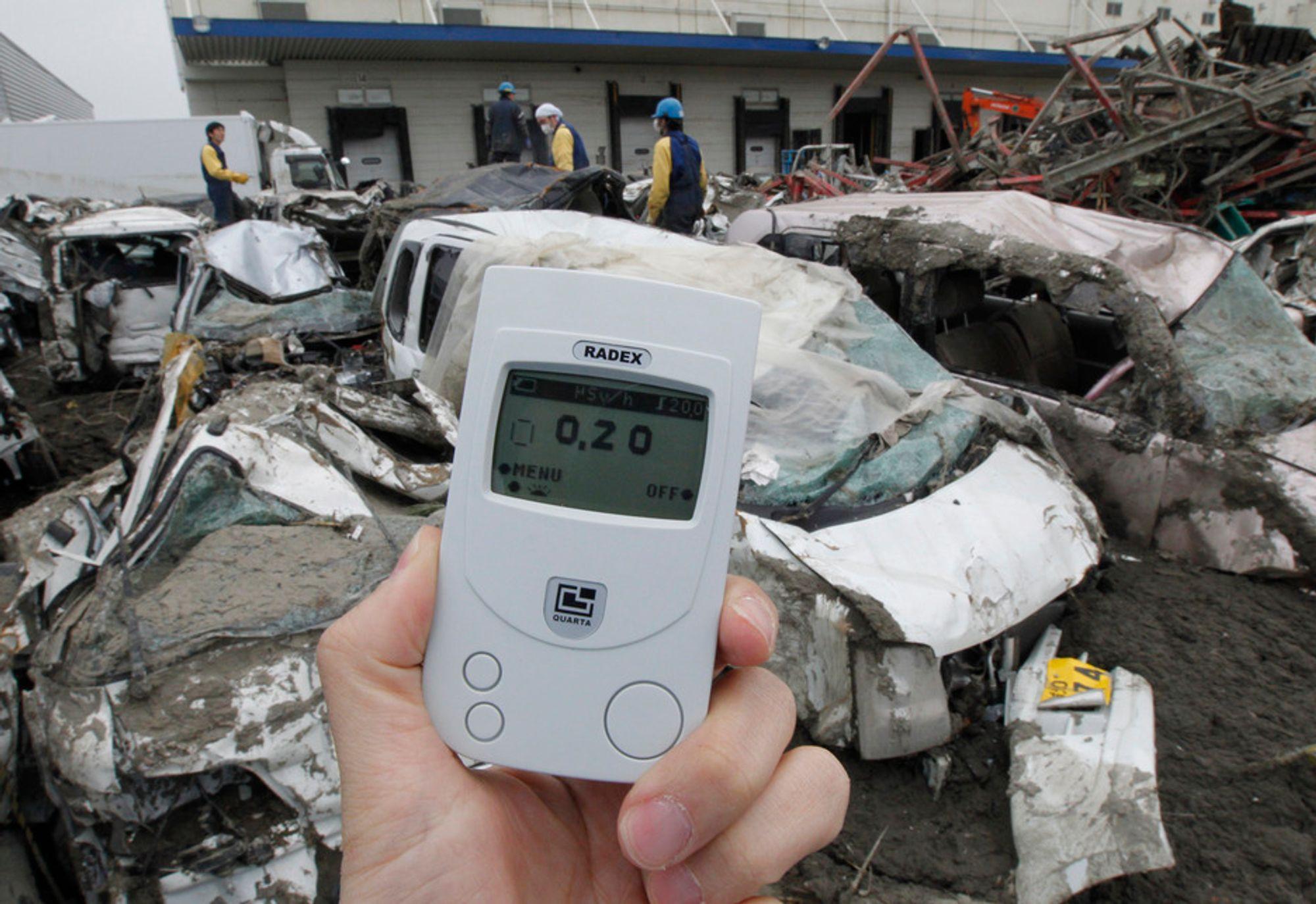 MÅLER SIEVERT: En fotograf fra Reuters måler radioaktiv stråling i Sendai nord i Japan. Måleren viser 0,2 mikrosievert per time, som tilsvarer 4,5 mikrosievert per dag eller 1752 mikrosievert (1,752 millisievert) ved et varig strålingsnivå på ett år. Strålingsnivået i Tokyo er ikke veldig høyt, men det ligger over nivåene i Oslo.