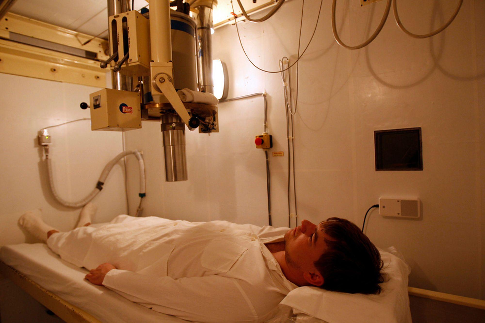 HØYE VERDIER: To japanere har fått påvist like høye strålingsverdier som arbeidere ved Fukushima-kraftverket. Bildet viser en tysker som blir kontrollert for radioaktivitet etter at han kom hjem fra Japan i går.