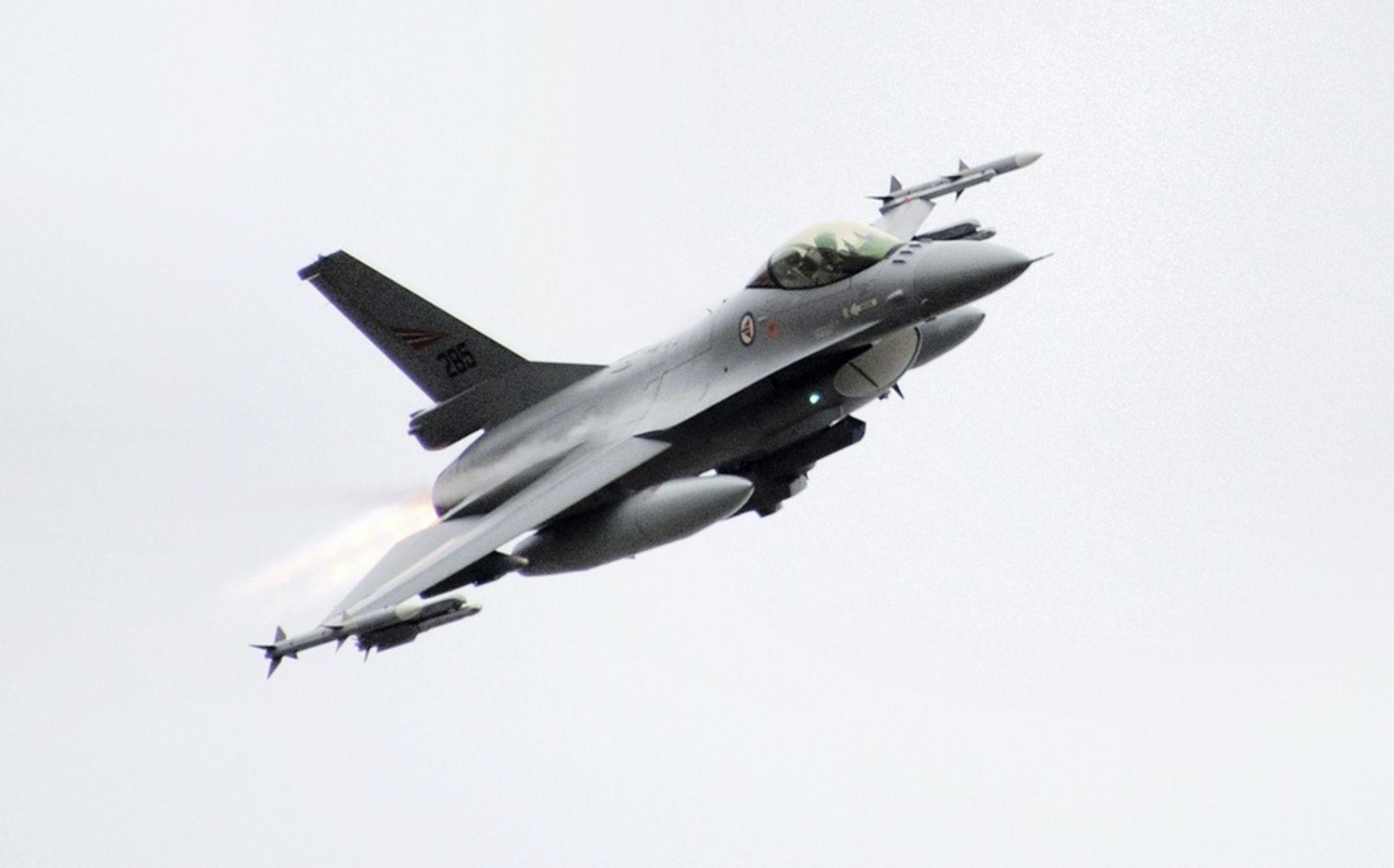 FLYR NÅ: Dette er ett av de norske jagerflyene som skal delta i håndhevelsen av FNs sanksjoner mot Libya. I dag tok to av de norske flyene av fra basen på Kreta.