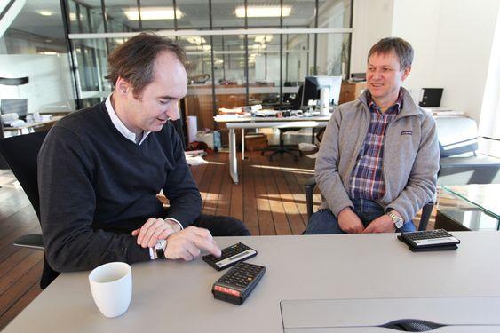 Skipsingeniør Thomas Eckey (t.v.) fortviler over at hans dyrebare HP 15C-kalkulator har avgått med døden etter 25 år. Kollega Jan Egil Granlys 11C fungerer fortsatt.