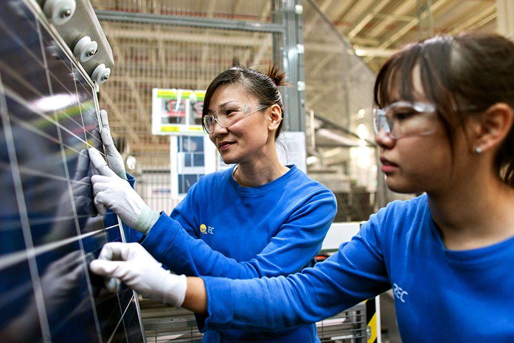 NYE REC-ORDER: - For oss er det viktig å kutte kostnader, sier Rec-sjef Ole Enger. Her fra produksjonen av solcellemoduler i Tuas, Singapore