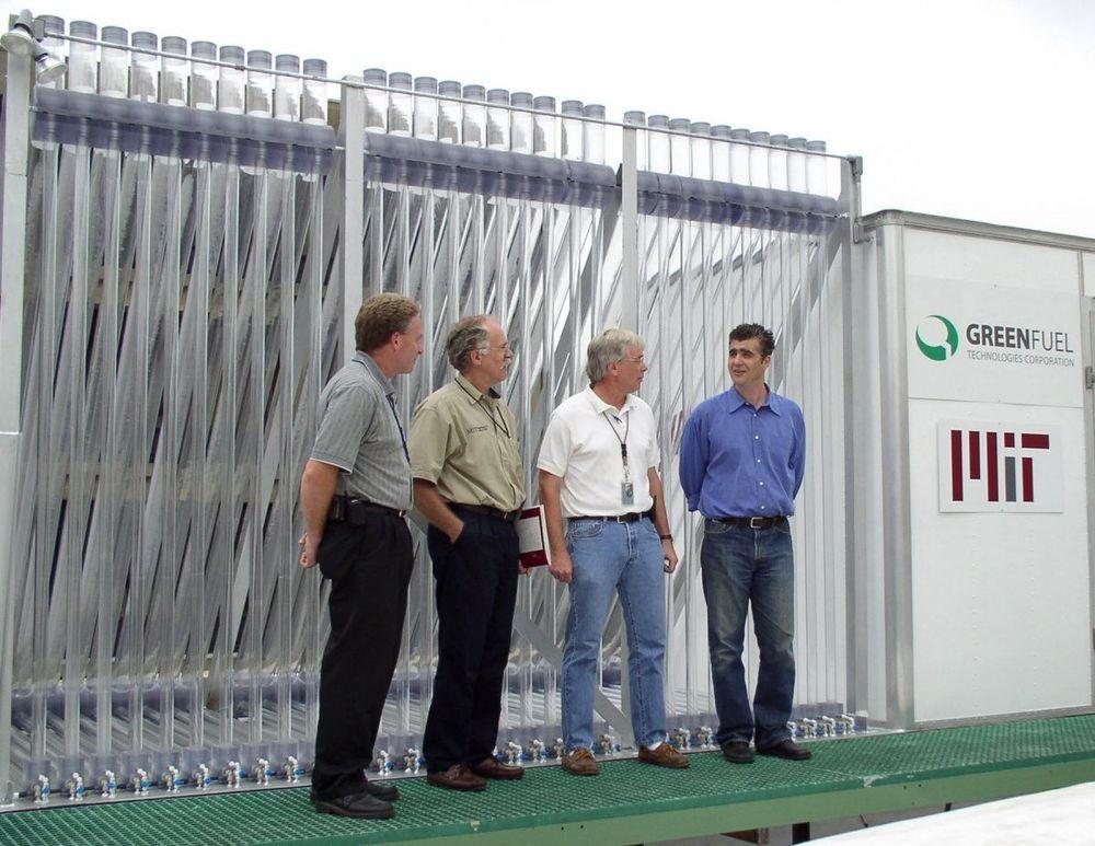 MIT: På taket av MITs eget gasskraftverk er det plassert en bioreaktor. Fra venstre: Arthur May, MIT Chief Engineer, Central Utilities Plant;  Peter Cooper, MIT Director of Utilities;  Bob Stiles, Watch Supervisor, Central Utilities Plant. Helt til høyre Isaac Berzin, GreenFuel President og Chief Technology Officer. Foto: GreenFuel Tehcnologies
