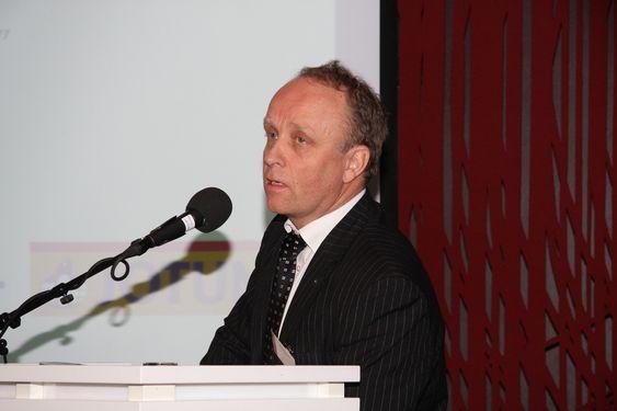 Regjeringens nanokonferanse 1. februar 2011. Regjeringen vil ha innspill til arbeidet med en nasjonal nanostrategi.  Regjeringens nanokonferanse 1. februar 2011. Regjeringen vil ha innspill til arbeidet med en nasjonal nanostrategi. Bent Haflan, FoU-direktør i Jotun.
