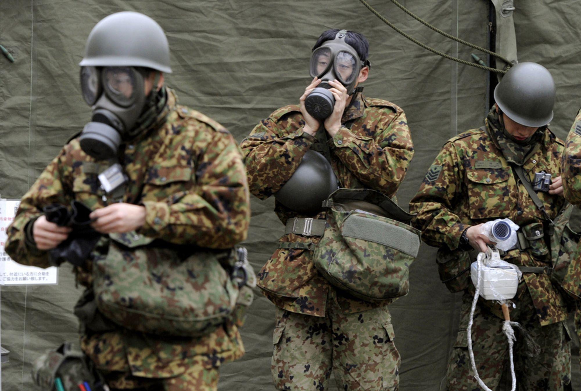 Japanske militære på vei ut til Fukushima-atomkraftverket. Strålingsnivåene er på vei ned, ifølge japanske myndigheter.