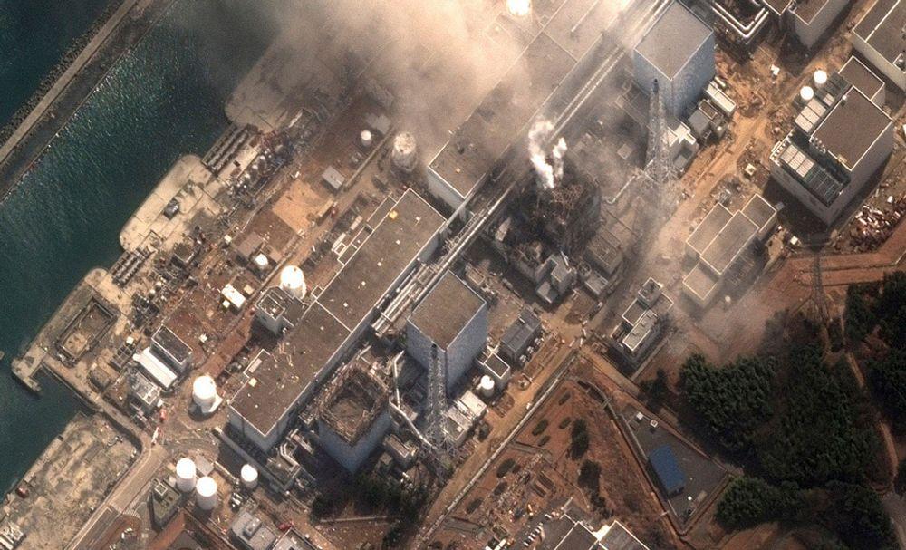 Japanske myndigheter vil bruke vannkanoner over brenselstavene ved Fukushima-kraftverket.