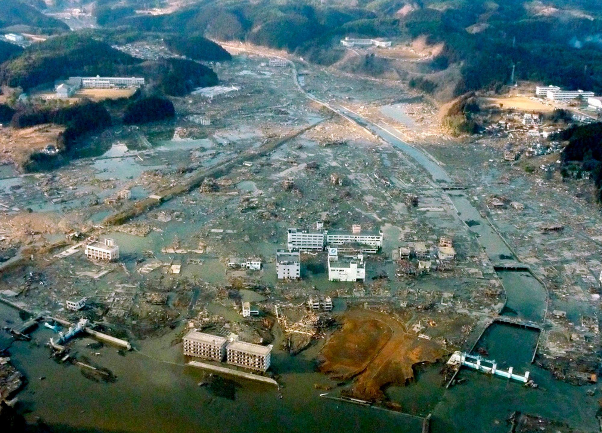 ILLE: Dette bildet, tatt fra et forsvarshelikopter lørdag, viser det som tidligere var sentrum i den japanske byen Minamisanriku.
