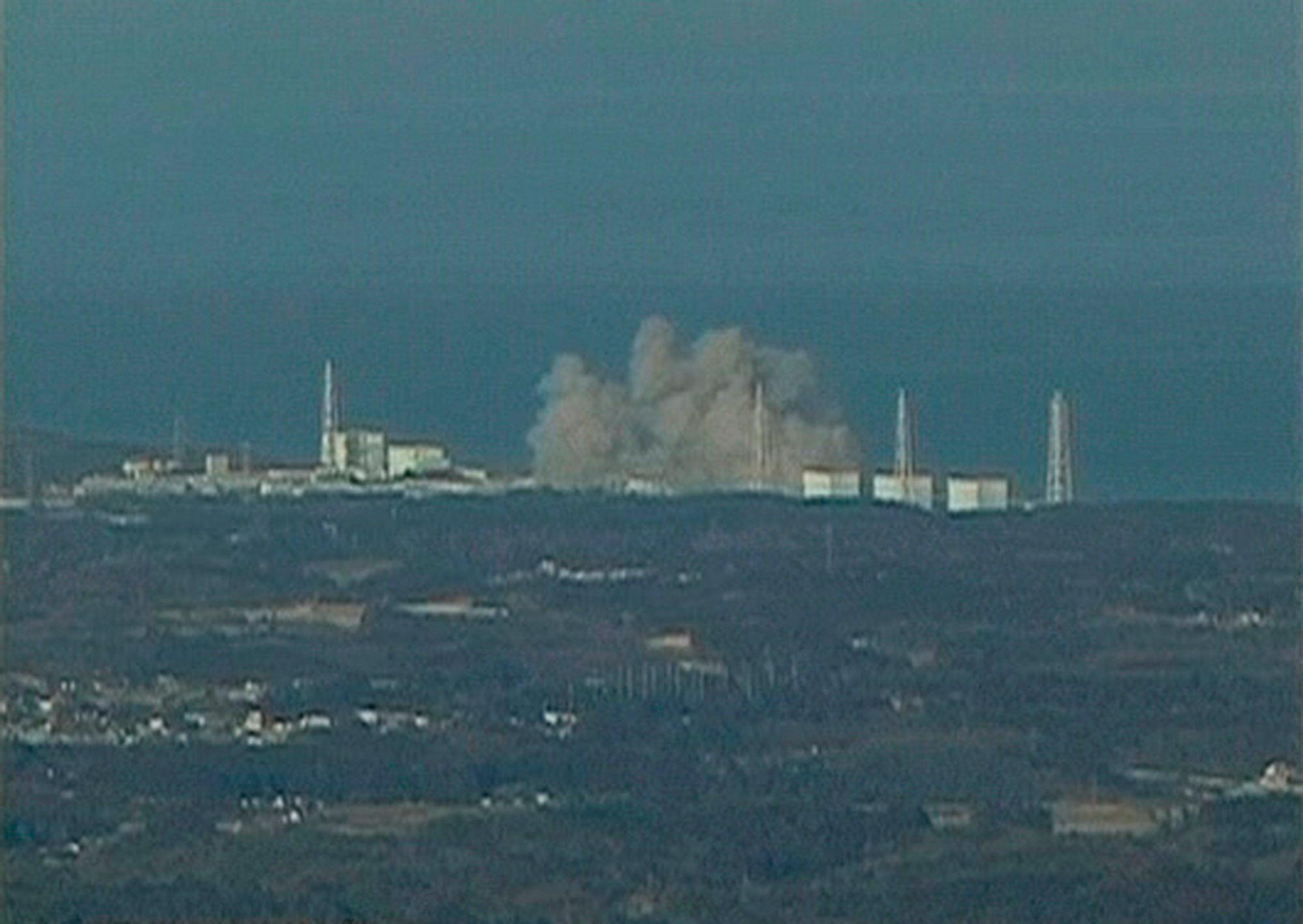 I RØYK: Fjernsynsbilder viser hvit røyk som stiger opp fra atomkraftverket i Fukushima. Dette er et bilde fra NTV Japan.
