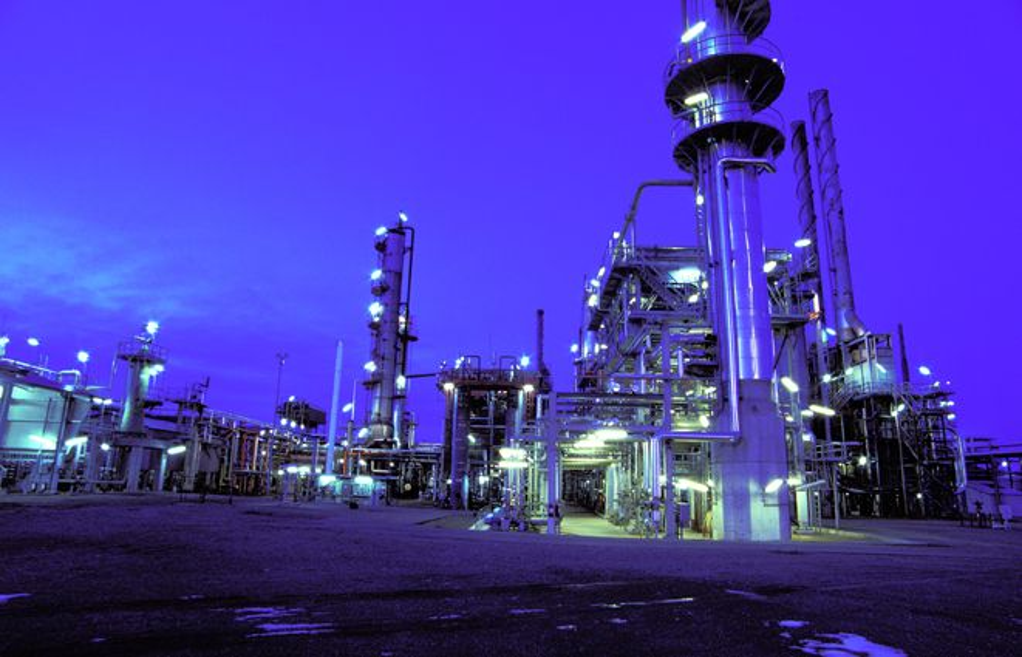EXXONMOBIL: Dette er ExxonMobils oljeraffineri på Slagen utenfor Tønsberg. Selskapet finner fortsatt mye olje, klarer ikke å erstatte hvert fat de utvinner. Gass ser ut til å spille en stadig større rolle.