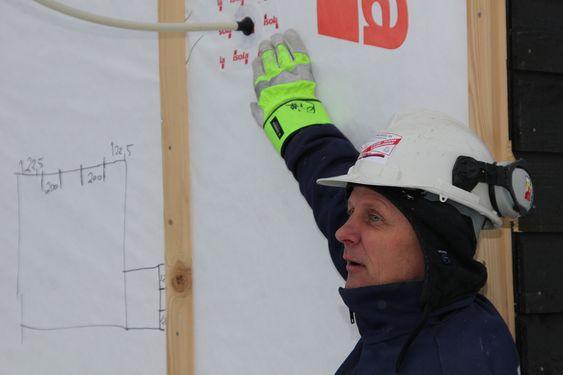 TETTING:  Å få passivhus tette nok er alfa og omega. Her viser byggmester Erik Askautrud fra Håndverksbygg at det er brukt mansjetter på hver eneste rørgjennomføring. Han er stolt over å klart et tetthet på 0,41 mens minimumskravet er 0.6.