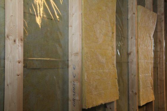 TO VEGGER: Den innvendige veggen får fuktsperre i form av plast på utsiden. Deretter et lag isolasjon før ytterveggen kommer opp. Ytterveggen får vindavstivning med stålbånd og er kun forbundet med innerveggen med noen få spiker. Innerveggen får også sitt lag isolasjon. Til sammen 35 cm vegg.