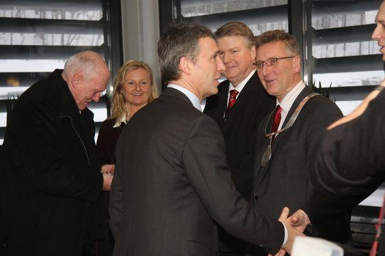 Statsminister Jens Stoltenberg på besøk hos FMC Technologies på Kongsberg sammen med Roar Flåthen den 11. februar 2011. Andre på bildene er Ann Christin Gjerdseth, FMC, og Ragnar Rud, FMC.