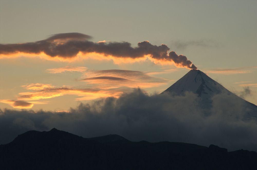 VULKANSKE UTSLIPP: Dette er Shishaldin-vulkanen på Unimak Island, en del av Izembek National Wildlife Refuge i Alaska. Menneskeskapte CO2-utslipp er rundt 135 ganger større enn alle verdens vulkaner, viser en fersk artikkel omtalt i tidsskriftet Eos.