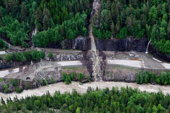 Et jord og leireras over E6 ved oppkjøringen til Høvringen i Gudbrandsdalen fredag kveld. Vannmasser og ras har laget store ødeleggelser flere steder i Gudbrandsdalen.
