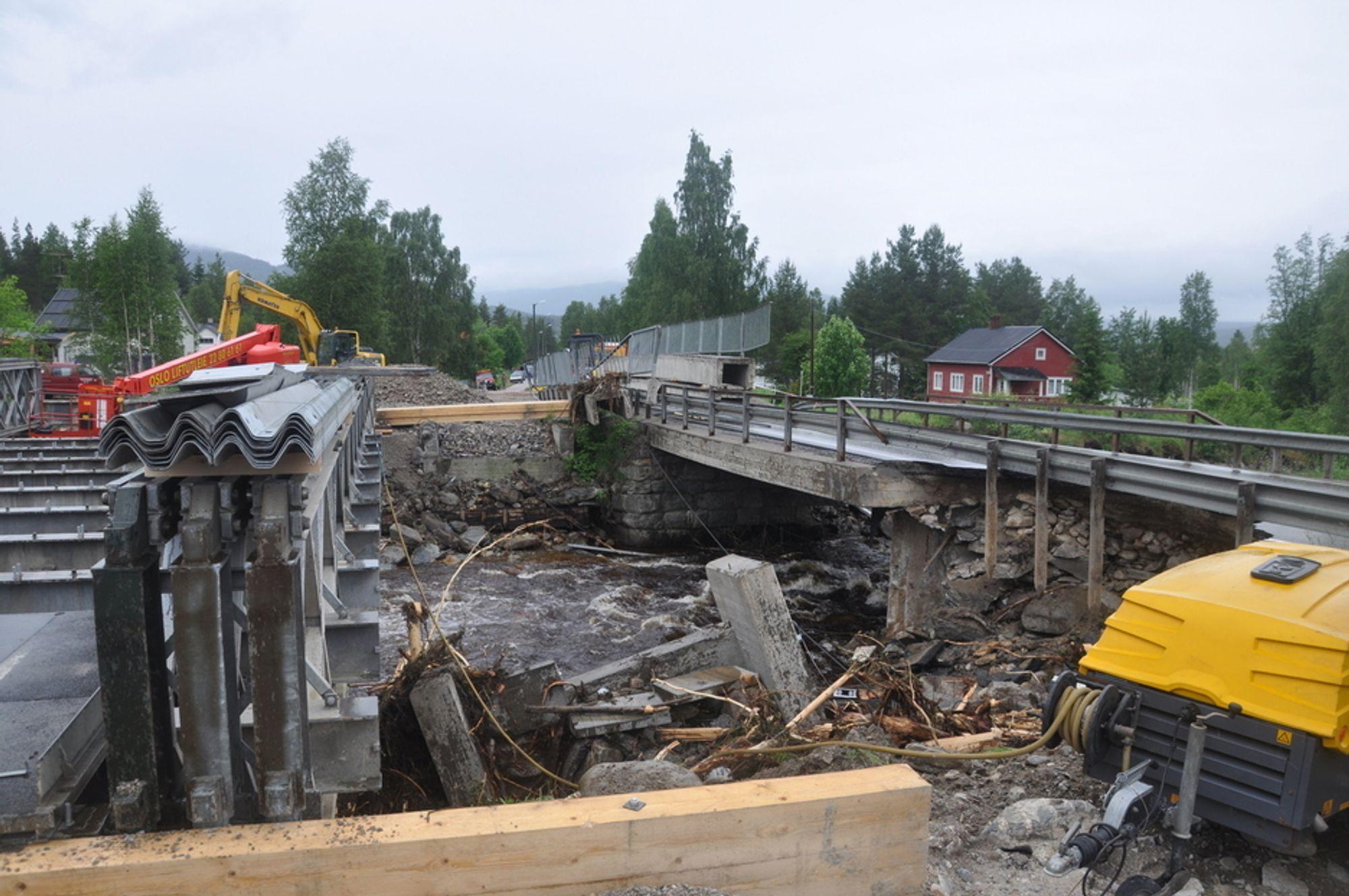 MIDLERTIDIG BRO: Tønnes bro sør for Koppang i Østerdalen er ødelagt av flom (til høyre). Men på tre døgn satte Statens vegvesen opp en midlertidig bro som er satt sammen av moduler.