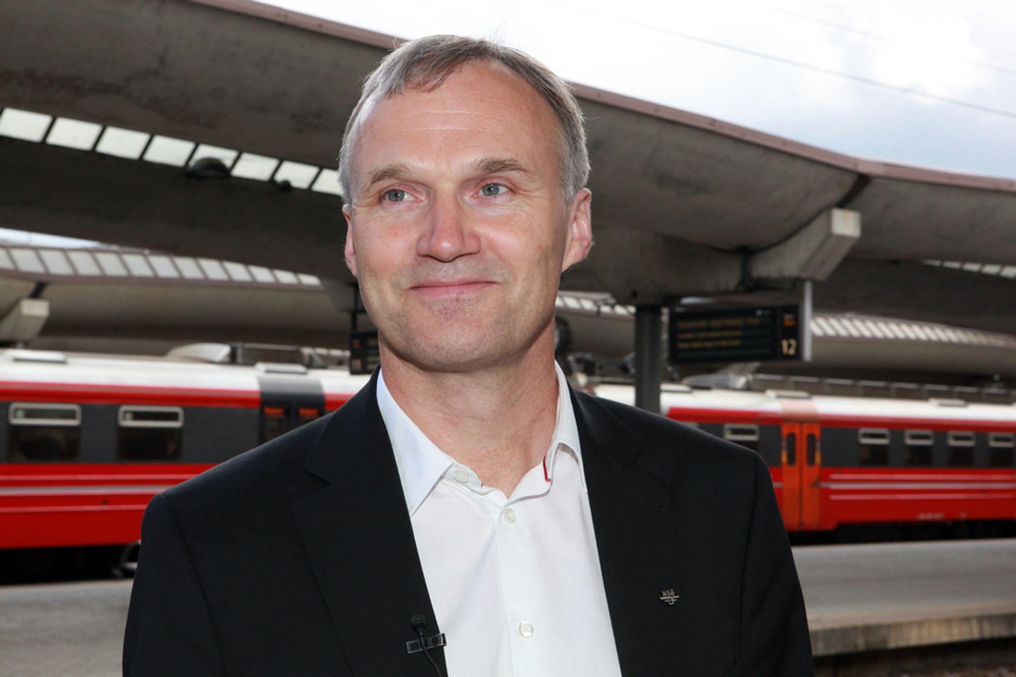 NYE UTFORDRINGER: Geir Isaksen vil nok møte mange flere kritiske spørsmål fra journalister når han starter som konsernsjef i NSB enn de han fikk da han ble presentert for pressen på Oslo S i dag.