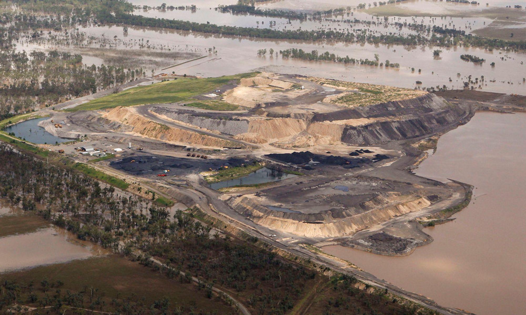 FULL STOPP: Kullindustrien i Queensland rammes hardt av flommen. Bildet viser en kullgruve i Baralaba omringet av flomvann 2. januar.
