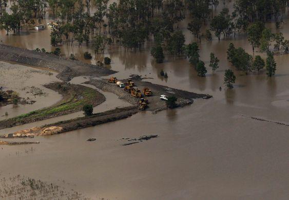 Kullindustrien rammes hardt av flommen i Queensland, Australia.Bildet viser en kullgruve i Baralaba omringet av flomvann 2. januar 2011.