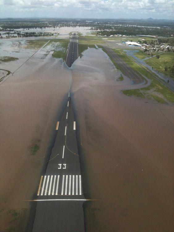 Flomvannet dekker deler av rullebanen på flyplassen i Rockhampton, 520 km nord for Brisbane, Queensland i Australia. Bildet er tatt 2. januar 2011.
