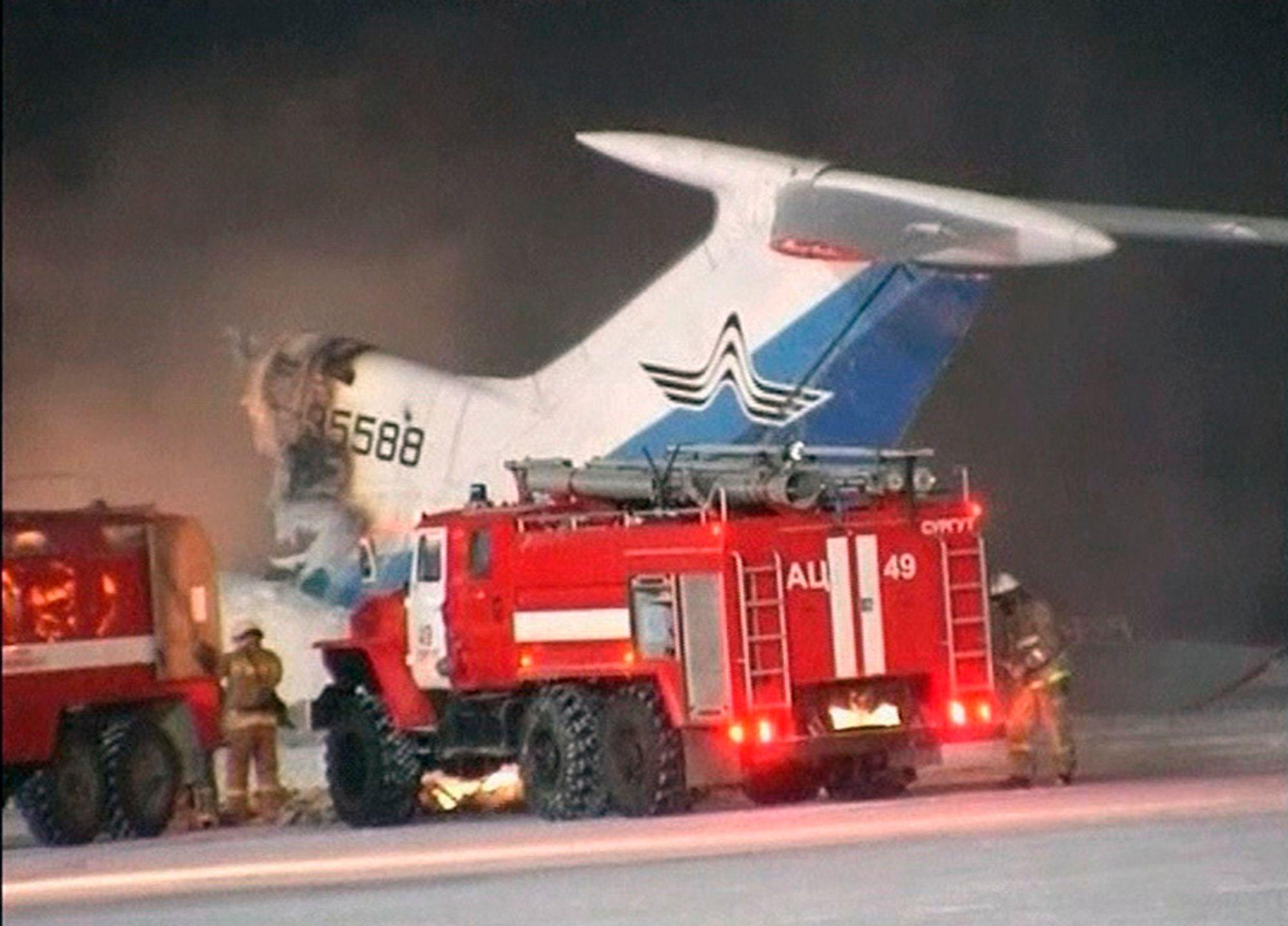 ETTERFORSKES: Brannmannskaper i ferd med å slukke brannen på det siste Tupolev Tu-154-flyet som blir rammet av ulykke i Russland. Russiske myndigheter vil sette flytypen på bakken til ulykken er ferdig etterforsket.