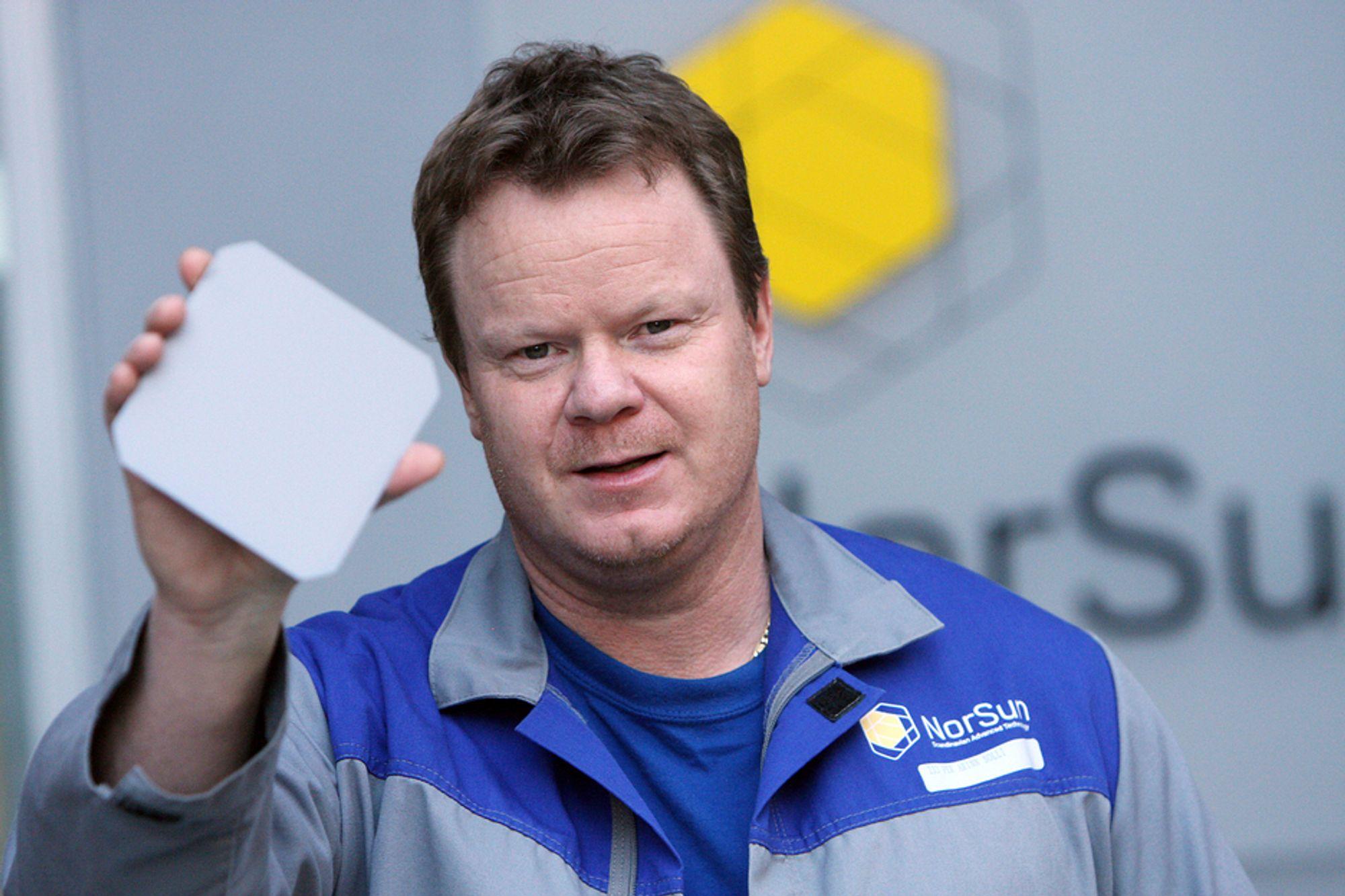 FIKS FERDIG: Fabrikksjef Per Arinn Solli viser fram det endelige produktet som sendes ut av fabrikken i Årdal.