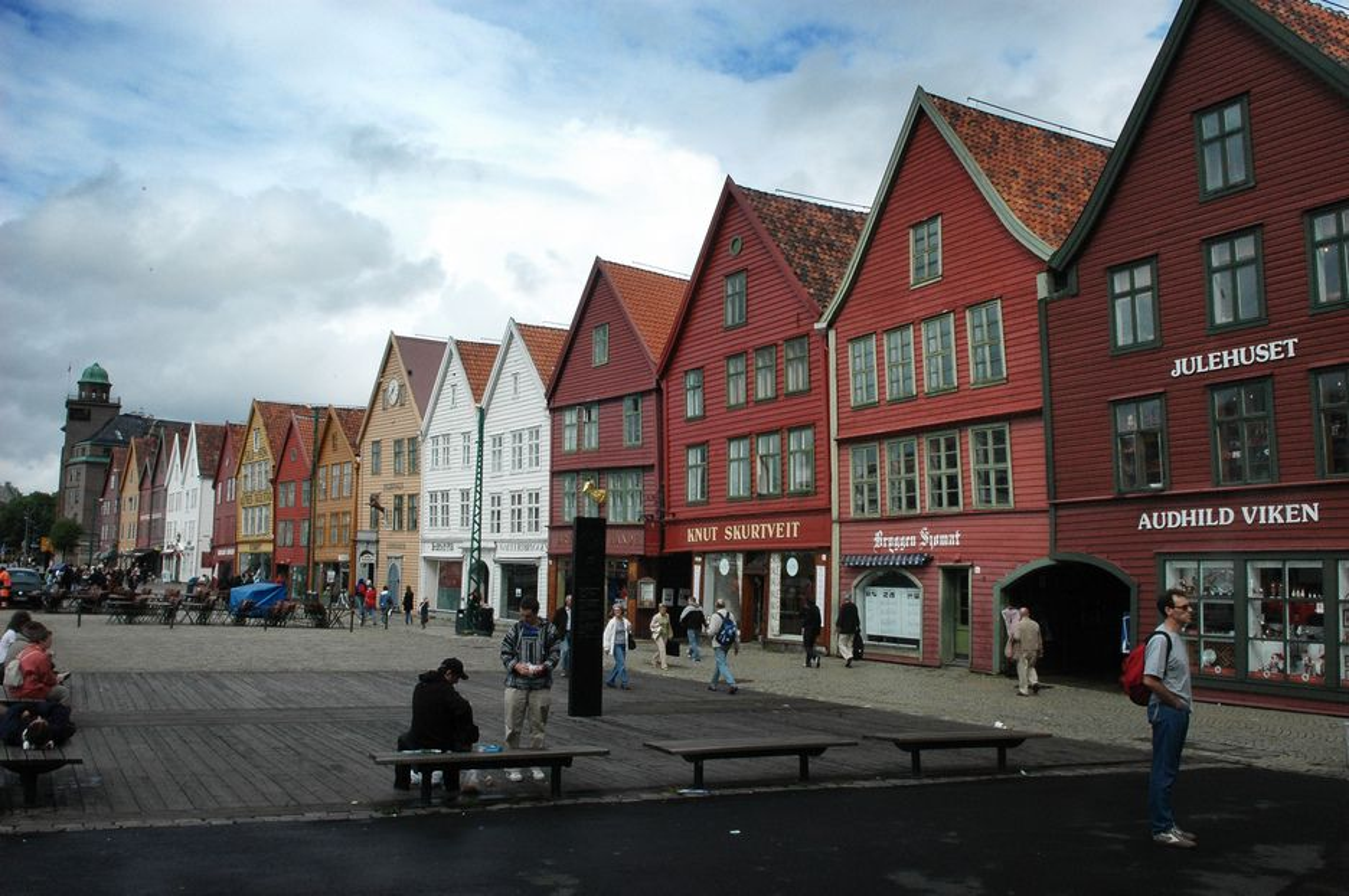 Den nylig vedtatte traséen for bybanen i Bergen skal gå under jorden like bak Bryggen. Det er meget utfordrende for en allerede synkende grunn, mener geologer.