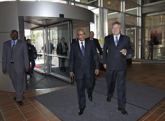 FINT BESØK: President Jacob Zuma mottas av DNVs konsernsjef Henrik O. Mdsen på Høvik 1. september. sammen med HMK Harald, olje- og energiminister Ola