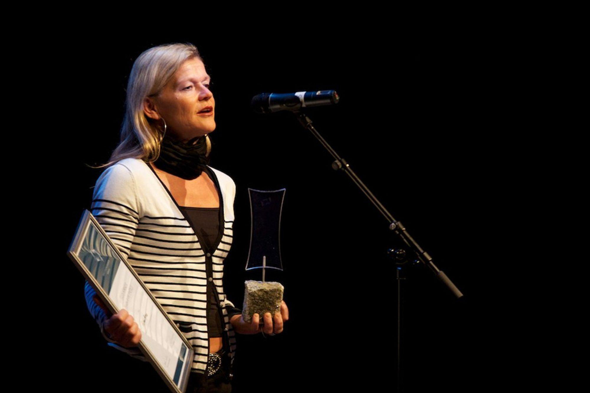 Kristin Braa mottok Årets forskerpris under kveldsarrangementet på Fremtidskonferansen i Halden.