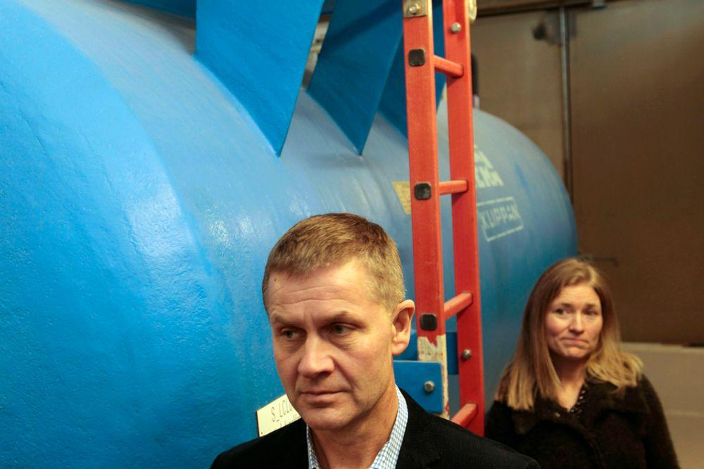 KLORTANKEN: I forbindelse med klorutslippet i Akerselva var miljø- og utviklingsminister Erik Solheim mandag på befaring på Oset vannrenseanlegg for å se på skadeomfanget. Her fotografert sammen med daglig leder Kari Åsabø ved klortanken.