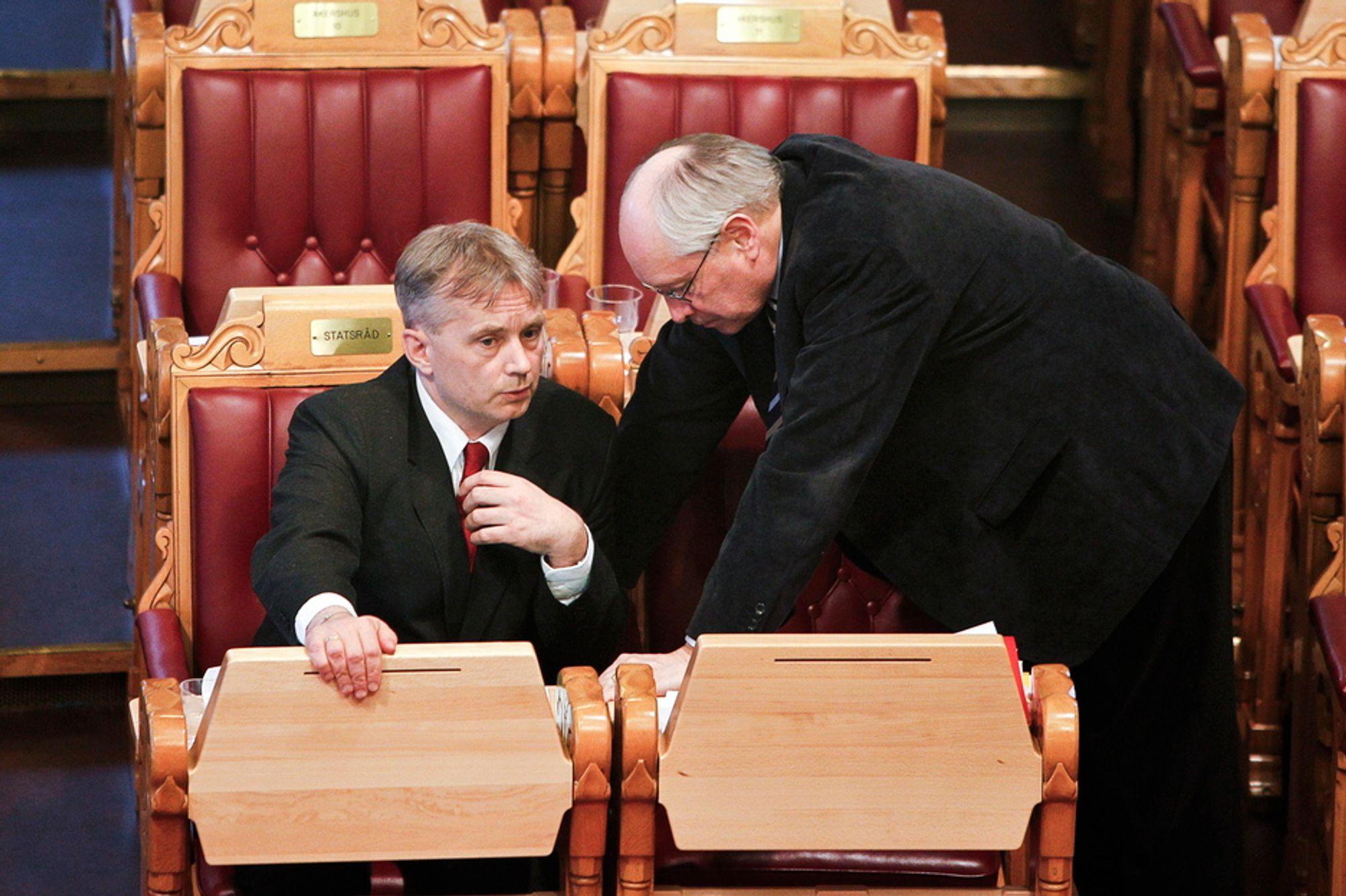Justisminister Knut Storberget i samtale med Martin Kolberg (Ap) under behandlingen av datalagringsdirektivet i Stortinget mandag kveld.