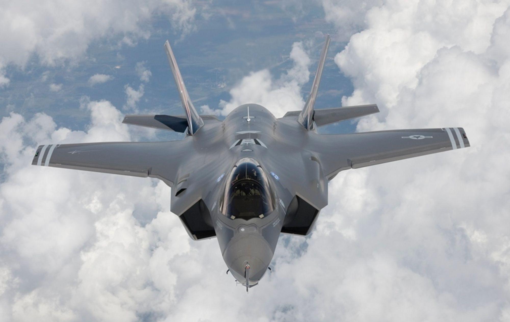 Flere partier mener det er nødvendig med en kritisk gjennomgang av tallmaterialene i kampflykjøpet.