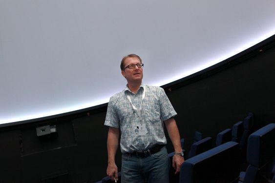 Har åpnet dørene. Adm. dir. Bjørn Winther Johansen var mer enn førnøyd med besøkstallene de første dagene til tross for hard konkurranse med pent vær. Her fotografert i planetariet.