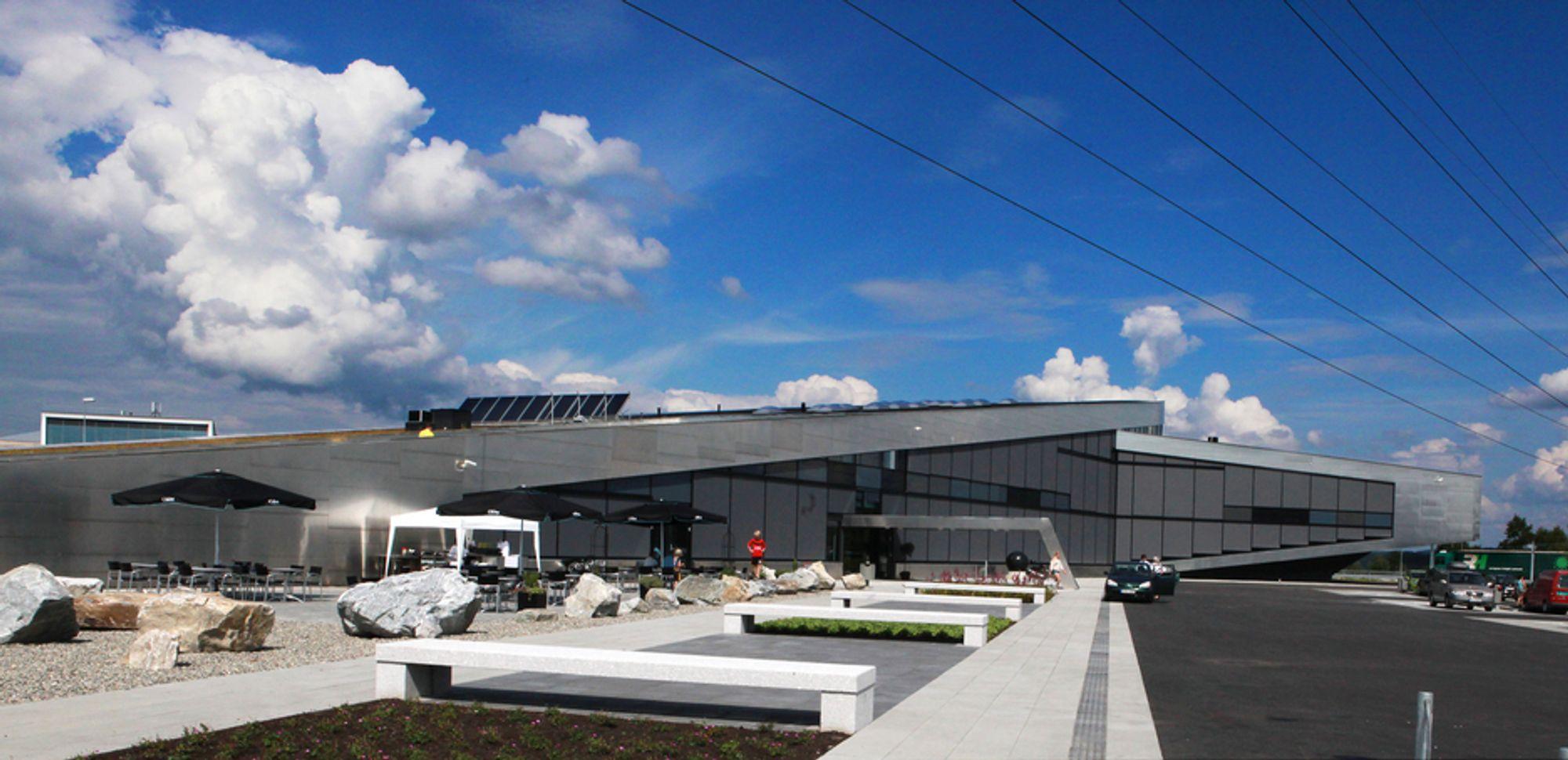 PASSIVHUS: Inspiria ble ikke tegnet som et passivhus, men endte likevel slik. I tillegg har huset fått solcellevegg som skal bidra med 2 kW, solfangere på taket som forvarmer vannet, og en vindmølle som skal bidra med 6 kW.