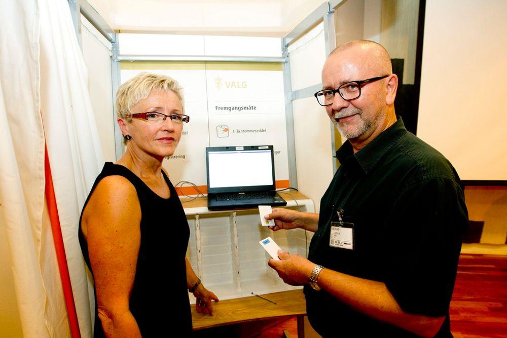 OVERLEVERING: Kommunal- og regionalminister Liv Signe Navarsete sammen med Per Østvold i den tverrpolitiske nøkkelgruppen, da han fikk overlevert kodenøkkelen.