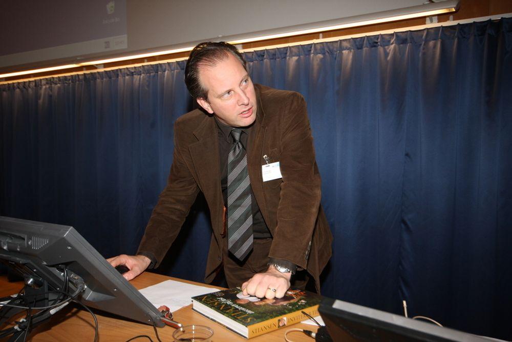 VENTETID: Jarl K. Fjerdingby i Samferdselsdepartementet regner ventetid når han skal hyre eksperthjelp til frekvensauksjonen.