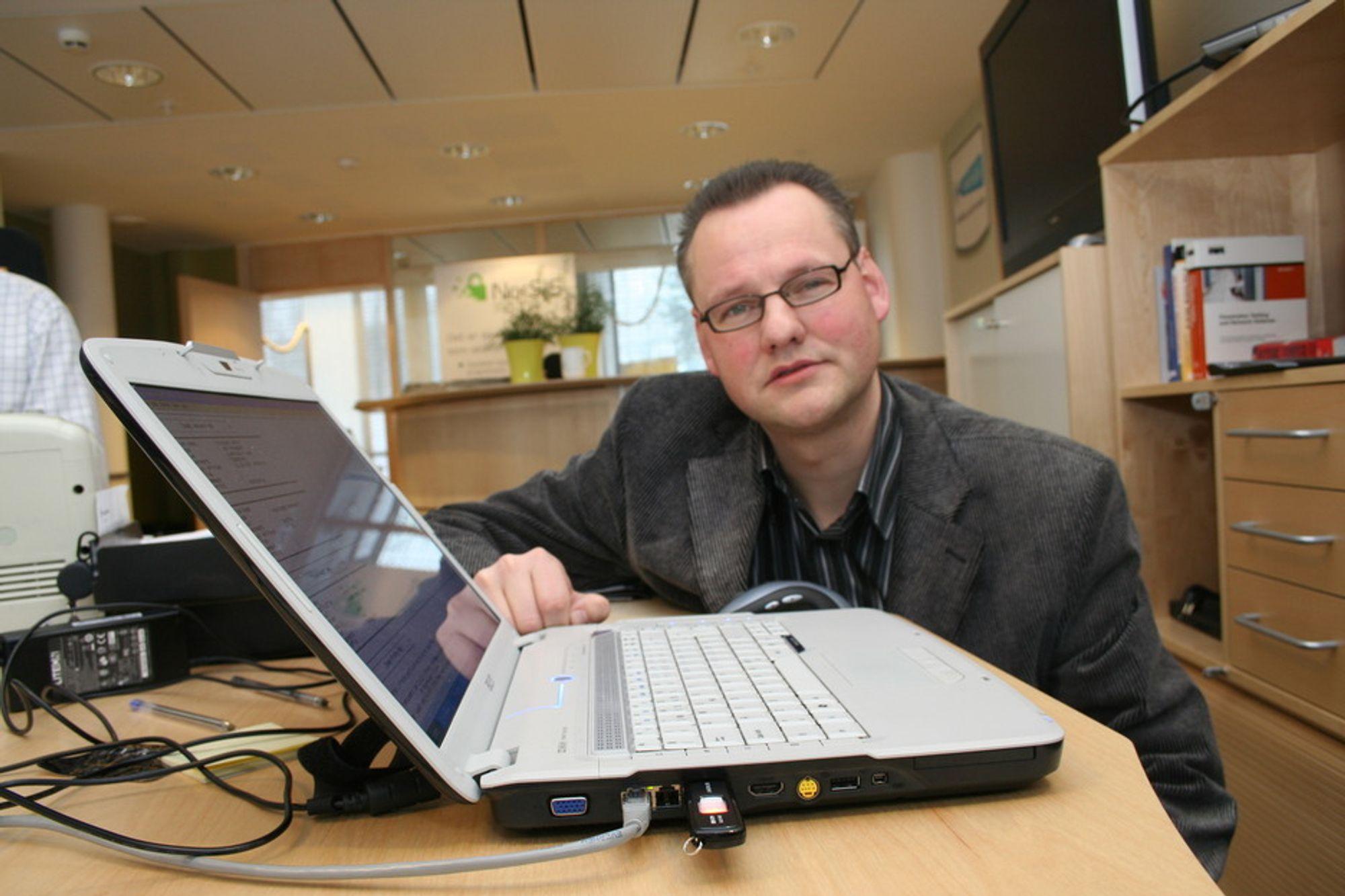 ÅPEN. Firewireporten på en PC er åpen for angrep, advarer Norsis, her ved seniorrådgiver Vidar Sandland.