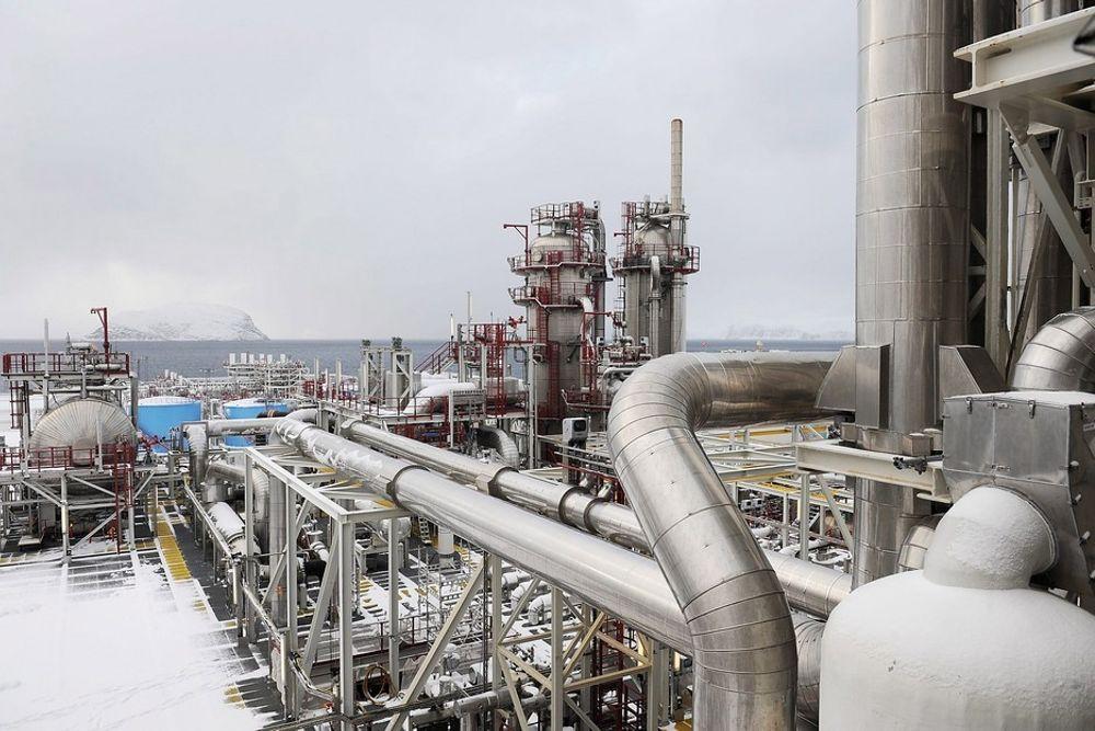 MELKØYA: Redusert  fakling på Melkøya og produksjonsnedgang førte til utslippsreduksjoner i petroleumsbransjen.