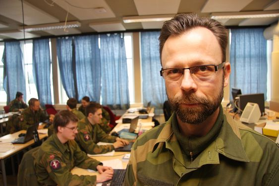 MORGENDAGENS CYBERSOLDATER: Oberstløytnant Roger Johnsen, sjef for Forsvarets ingeniørhøgskole, har ansvaret for opptreningen av en digital hærstyrke i vekst. - Cyberkrig er nå et element i all militær trening, også i tradisjonelle våpengrener, sier Johnsen.
